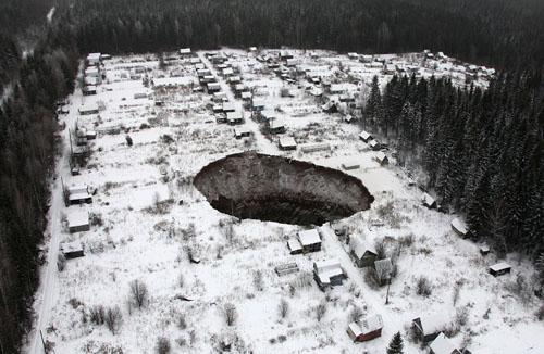 Hố tử thần khổng lồ ở Nga